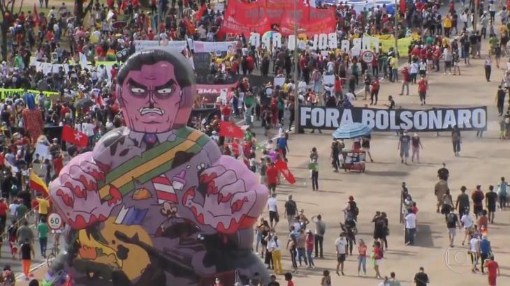 """Protestantes pedem """"Fora Bolsonaro"""" em reportagem da Globo"""