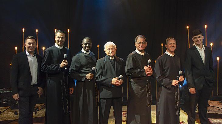 Religiosos cantam em especial da TV Aparecida - Fotos: Divulgação