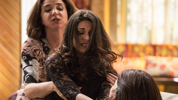 Francesca tenta tirar Carmela de cima de Shirlei