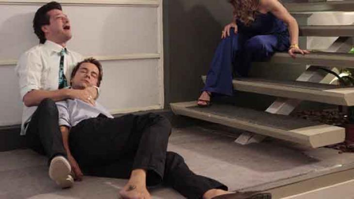 Fred caído e morto ao lado de Crô - Divulgação/TV Globo