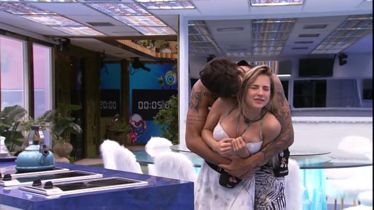Gabi e Guilherme se agarram na cozinha Vip do BBB20 - Foto: Globo