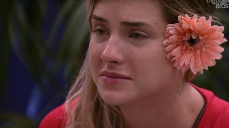 Gabi com sua inseparável flor no cabelo e fazendo o de sempre: chorando - Reprodução/Globoplay