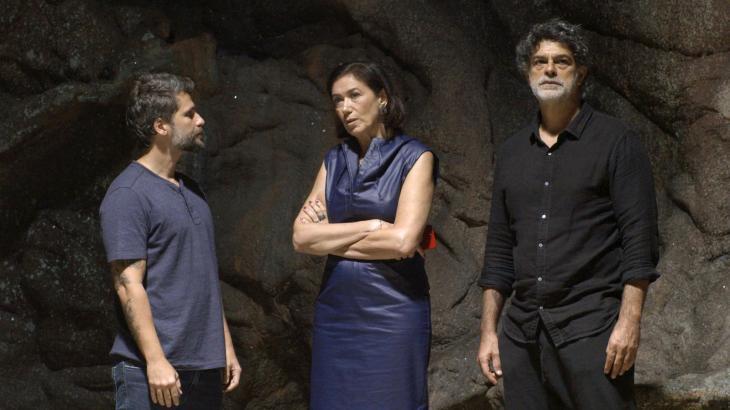 Gabriel, Valentina e Murilo buscam por pistas na gruta - Divulgação/TV Globo