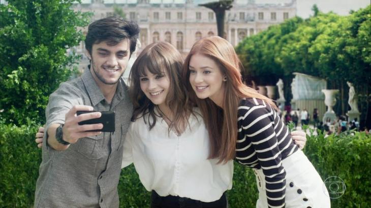 Gabrielle Aplin ao lado de Felipe Simas e Marina Ruy Barbosa no final de Totalmente Demais - Reprodução/TV Globo