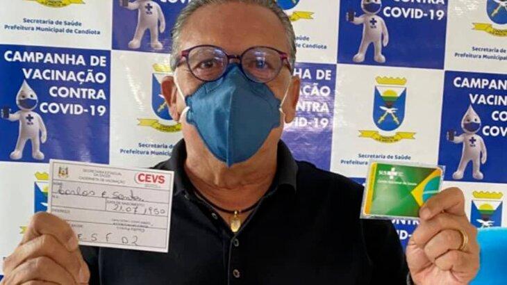 Galvão Bueno mostra cartão de vacinação do SUS