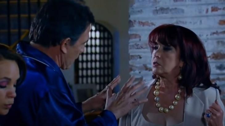 Roberta mantém a cabeça baixa e Germano argumenta com Gema