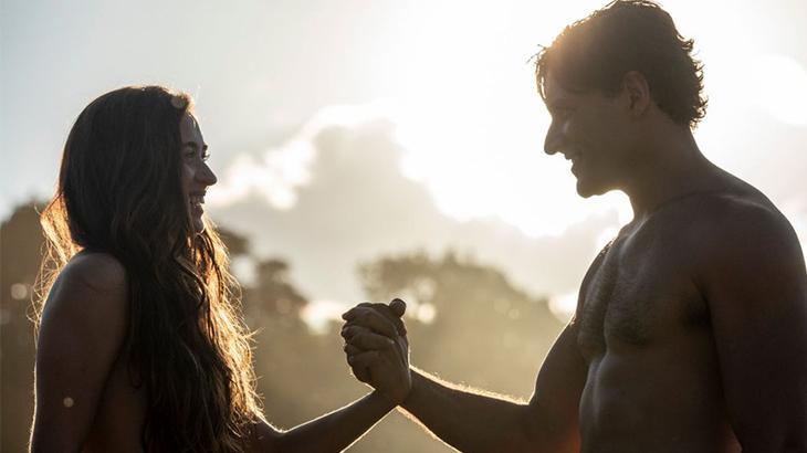 Na Record, Adão e Eva de mãos dadas em cena da novela Gênesis