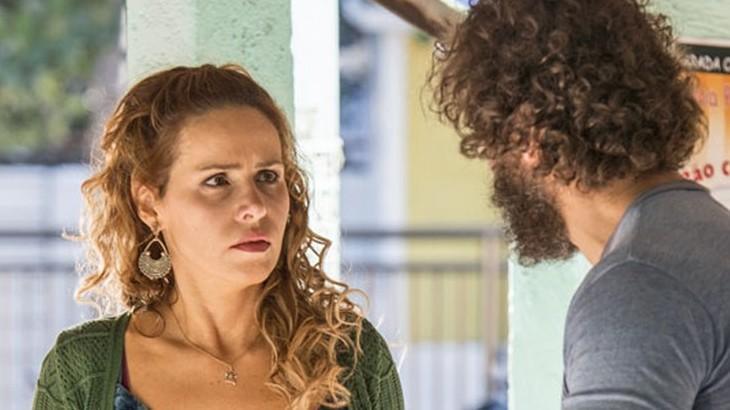 Gilda e Dino se reencontram e Gilda olha sem acreditar para o ex-marido