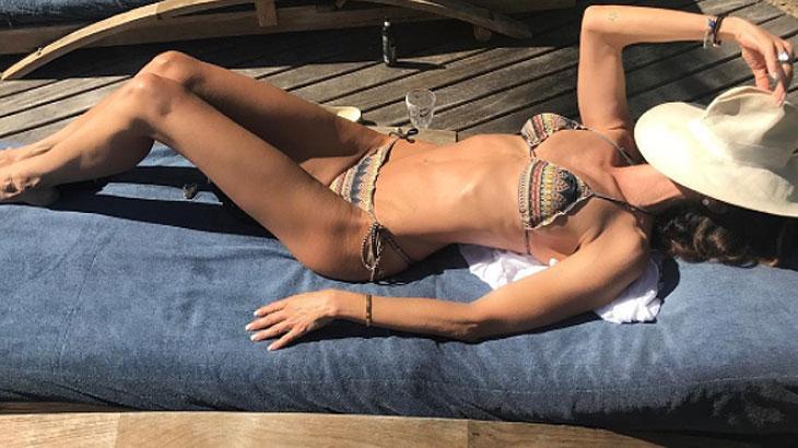 Com febre, Luciana Gimenez curte sol e mostra barriga sarada