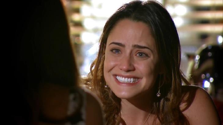Cena de A Vida da Gente com Ana sorrindo e chorando ao mesmo tempo