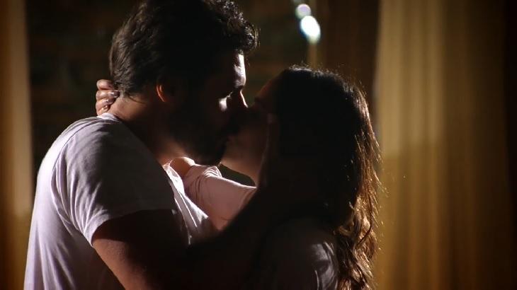 Cena de A Vida da Gente com Ana e Lúcio se beijando