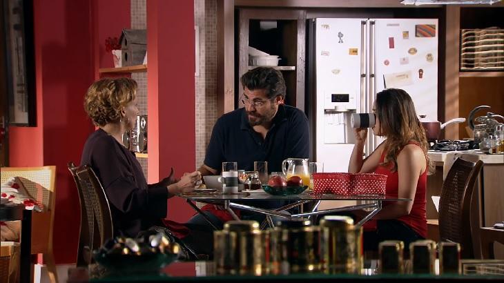Cena de A Vida da Gente com Lúcio, Ana e Eva tomando café da manhã juntos
