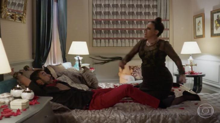 Leozinho amarrado na cama enquanto que Safira lhe dá chicotadas
