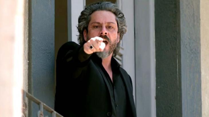 José Alfredo apontando dedo