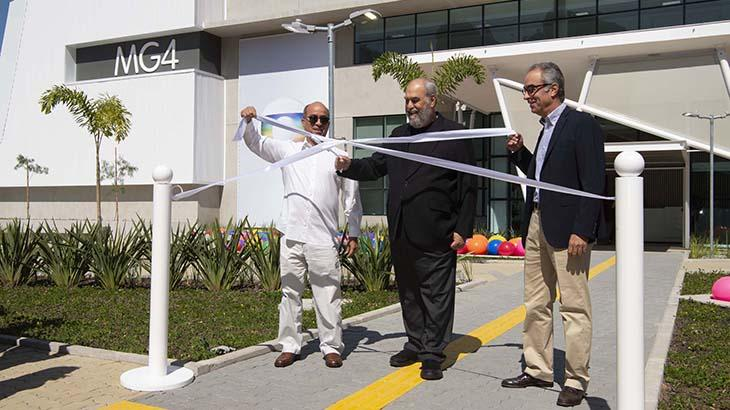 João Roberto Marinho, Roberto Irineu Marinho e José Roberto Marinho cortam faixa e inauguram novos estúdios- Foto: TV Globo/João Miguel Júnior