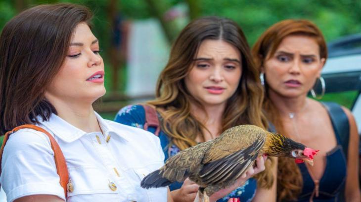 Kyra com Filipa na mão enquanto que Luna e Alexia observam assustadas a galinha