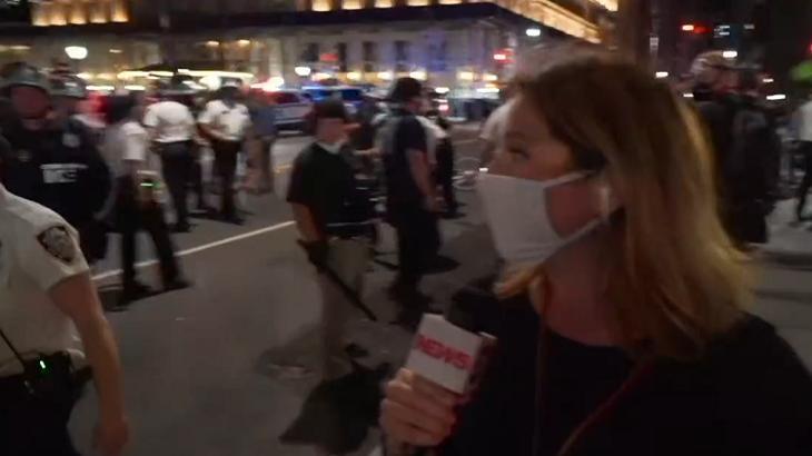 Repórter da GloboNews foi empurrada - Foto: Reprodução/Globo