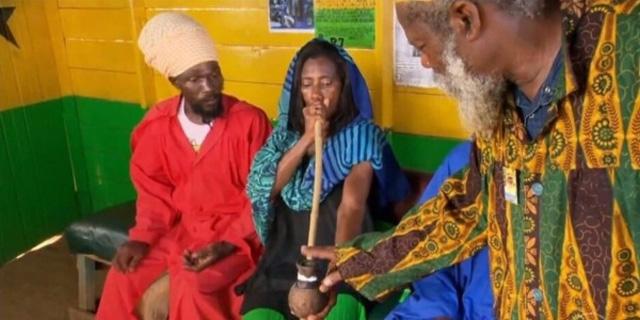 Glória Maria fuma maconha na Jamaica e repercute na internet