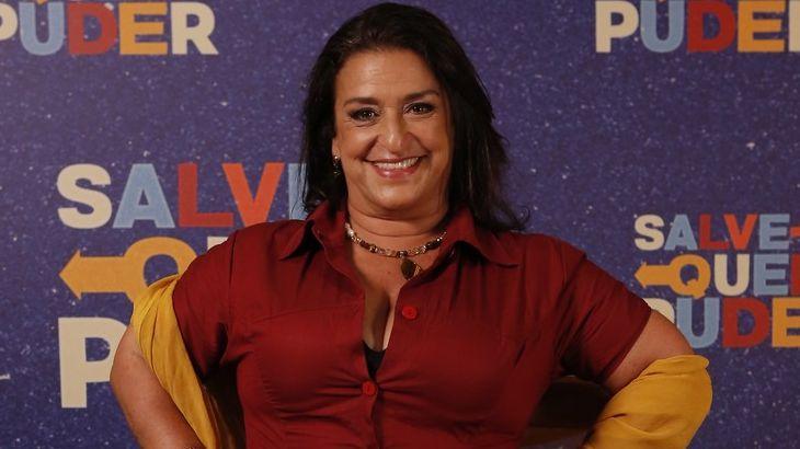 Grace Gianoukas sorrindo na coletiva de Salve-se Quem Puder