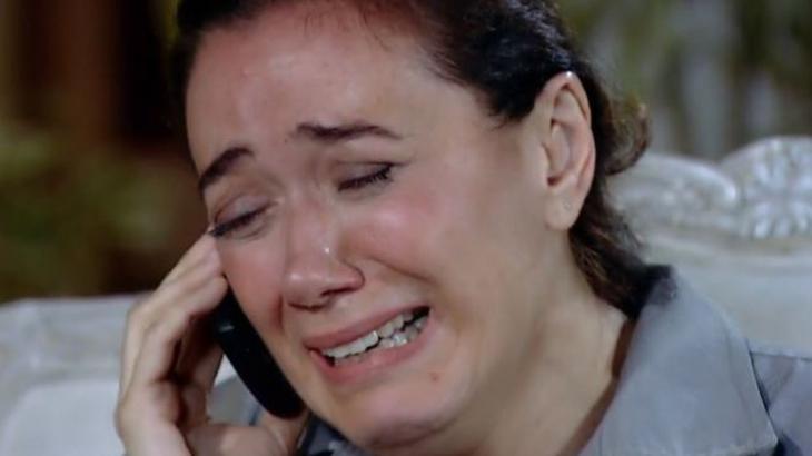 Griselda no telefone e recebendo a notícia de que Antenor foi sequestrado - Divulgação/TV Globo