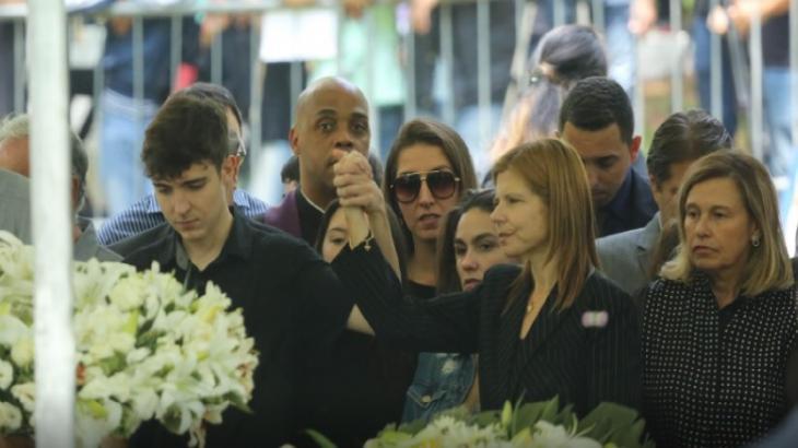 Fãs se despedem de Gugu com aplausos e declaração de amor em enterro