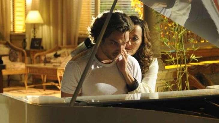 Guiomar tenta abraçar Alberto, que toca piano