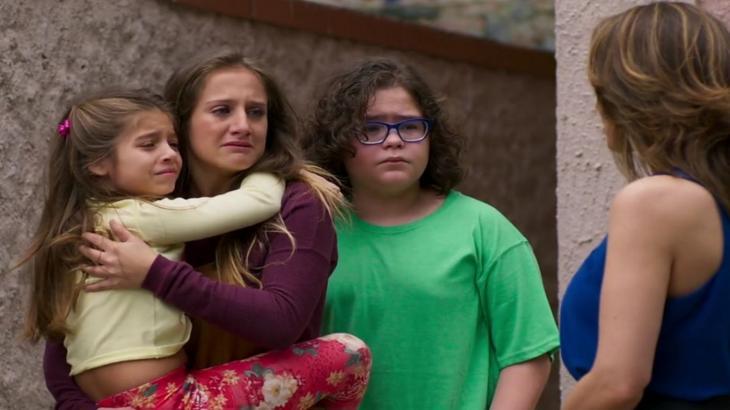 Carol chora agarrada aos irmãos enquanto é abordada pela psicóloga