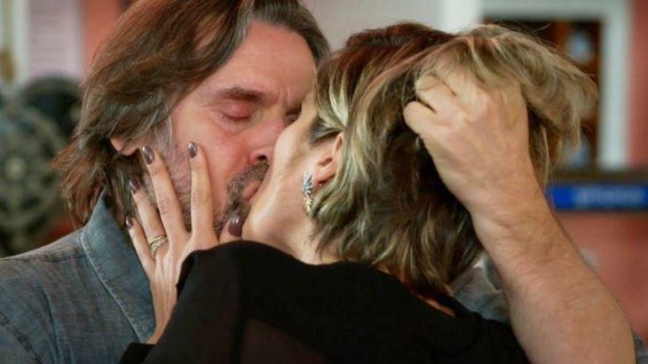 Mário e Helena se beijando