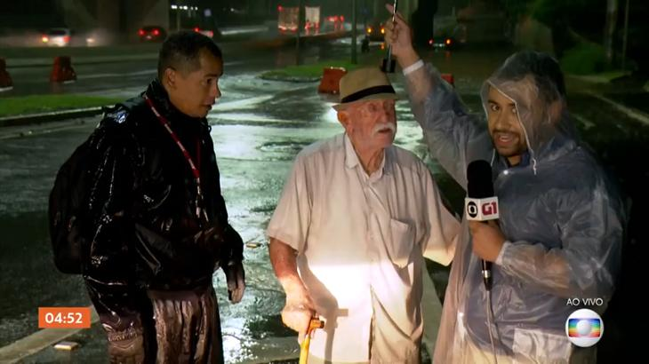 Repórter ajuda idoso em enchete ao vivo no Hora 1