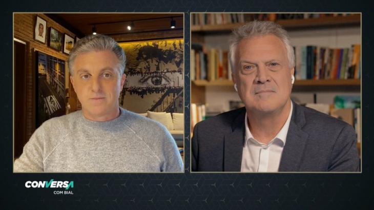 Luciano Huck e Pedro Bial conversando no conversa com Bial