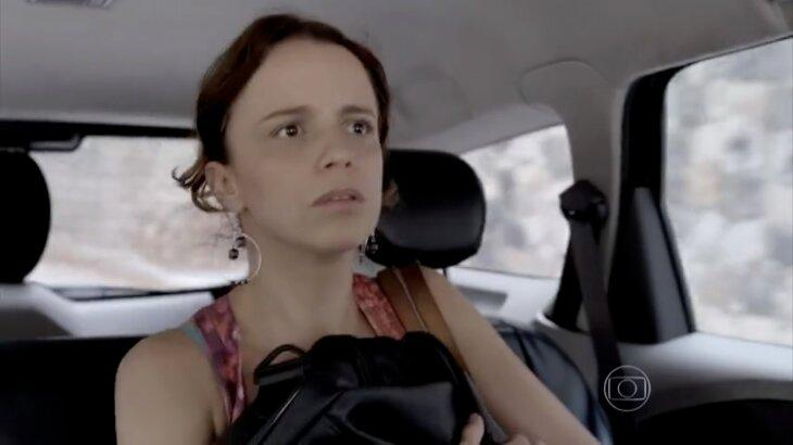 Lorraine assustada dentro de táxi