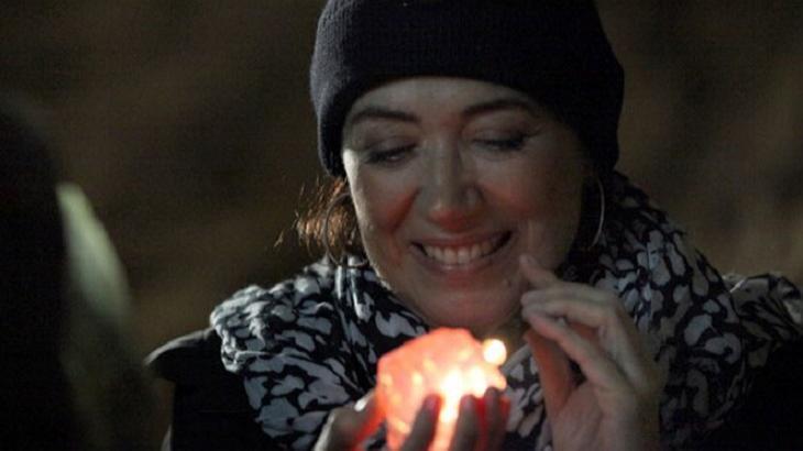 Cena de Império com Maria Marta sorrindo enquanto segura o diamante rosa