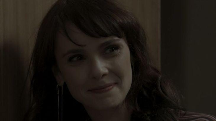Irene sorri maliciosamente com flagrante