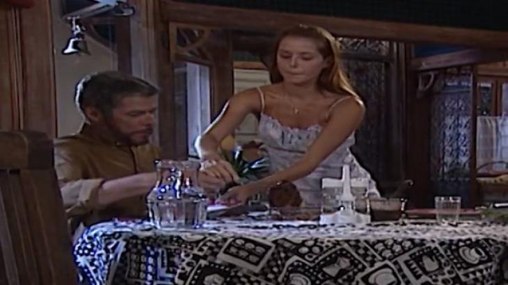 Íris serve o jantar para Pedro