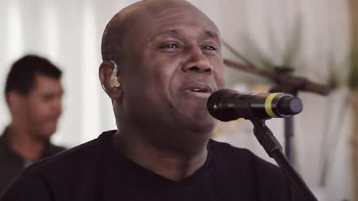 Irmão Lázaro cantando