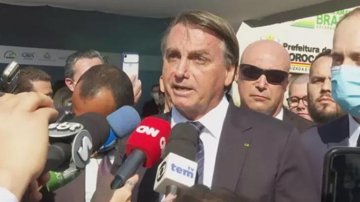 Jair Bolsonaro falando aos repórteres