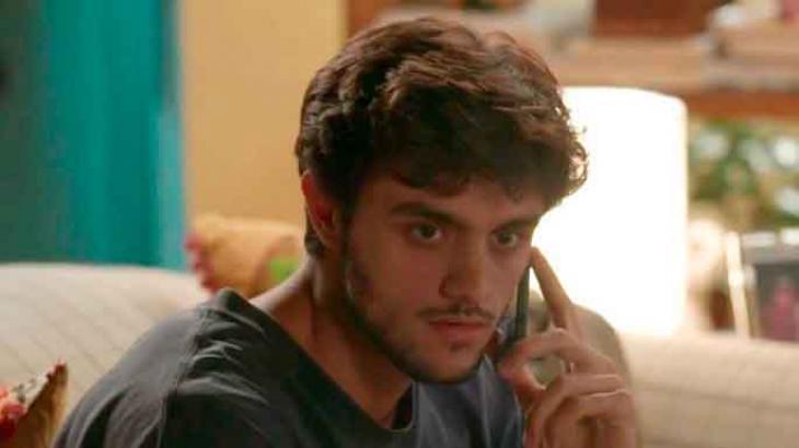 Jonatas liga para a Eliza, mas quebra a cara - Divulgação/TV Globo