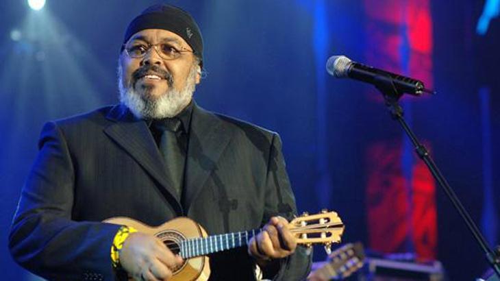 Jorge Aragão tocando