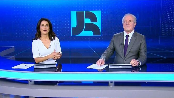 Adriana Araújo e Celso Freitas apresentam o Jornal da Record