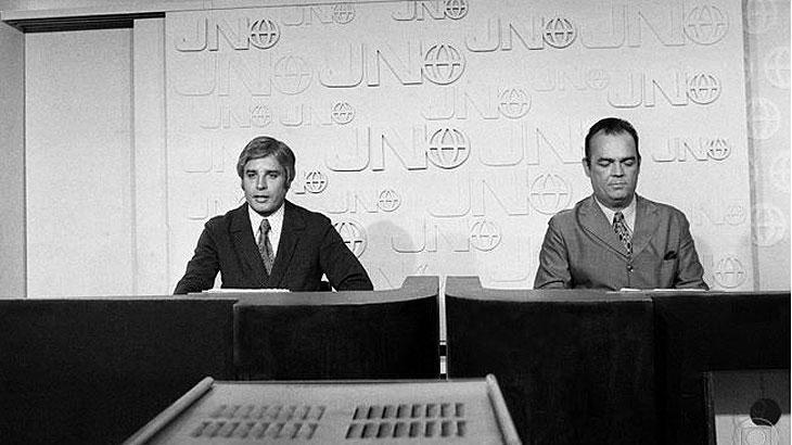 Cid Moreira e Hilton Gomes na transmissão da primeira edição do JN - Reprodução