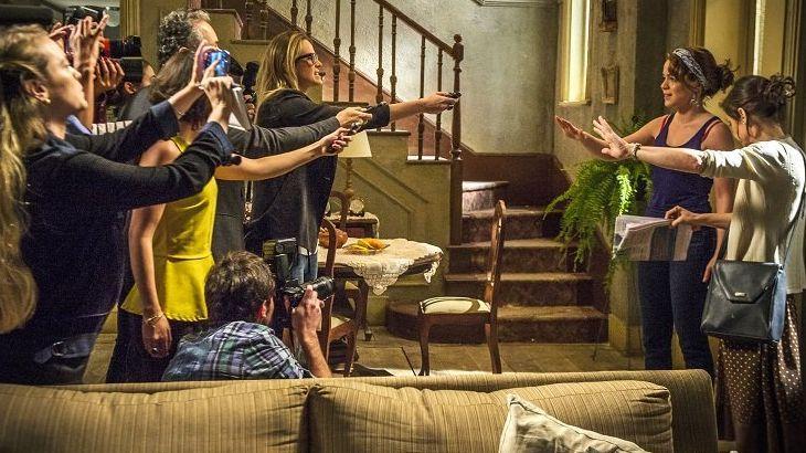 Cora e Cristina atendendo um grupo de jornalistas