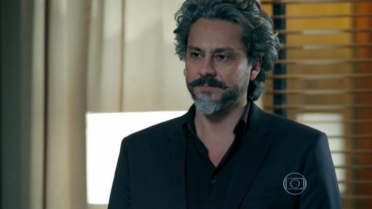 Comendador José Alfredo com cara de pensativo