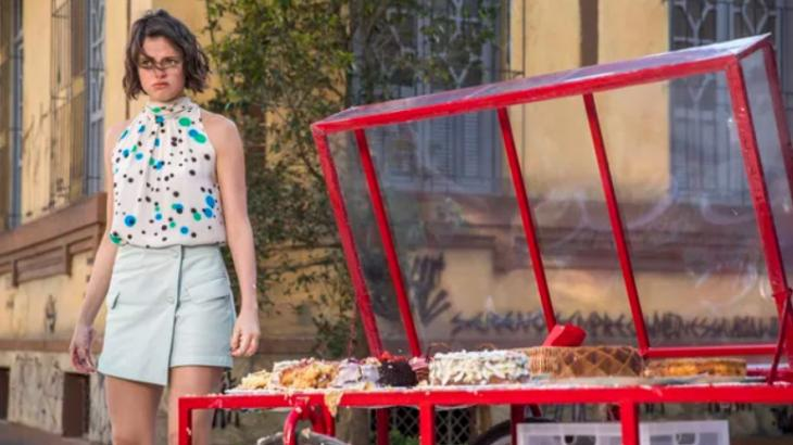 A Dona do Pedaço: Josiane enlouquece ao ser chamada de boleira e atira bolos pra todo lado