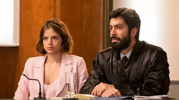 Josiane ao lado do seu advogado - Divulgação/TV Globo