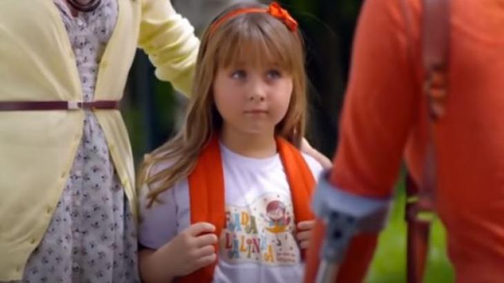Júlia na saída da escola em A Vida da Gente