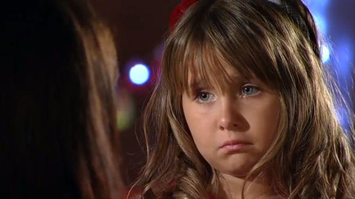 Júlia faz cara de choro para Manu com notícia de separação