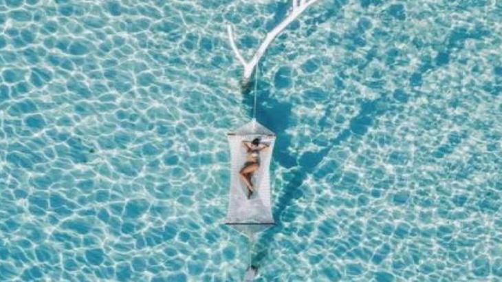 Na foto, Juliana Paes em meio ao mar das ilhas Maldivas