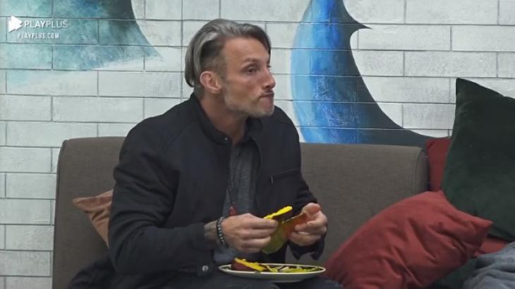 Juliano Ceglia comendo enquanto solta a revelação - Reprodução/PlayPlus