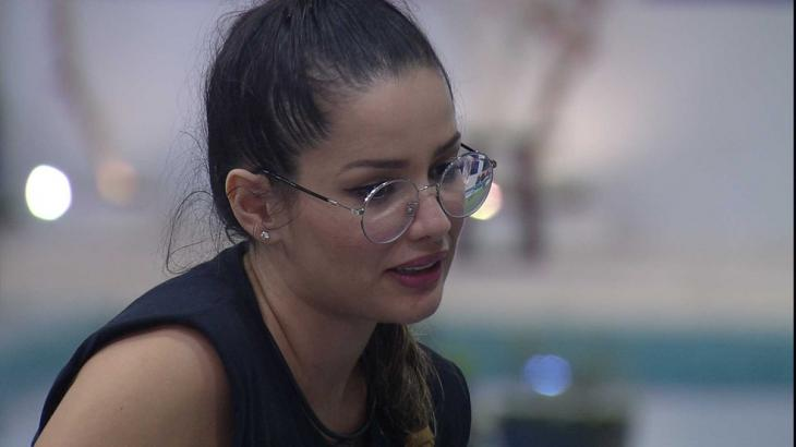 Juliette de óculos e regata preta falando no BBB21
