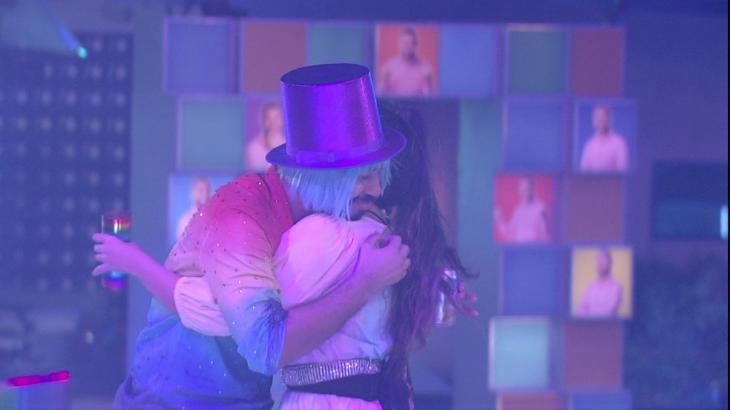 Gilberto e Juliette se abraçando na festa do BBB21
